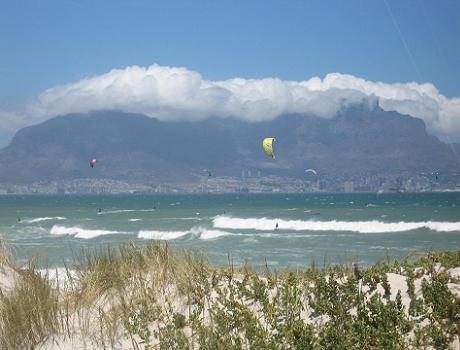 Cape Town lifestyle: kitesurfers at Blouberg Beach